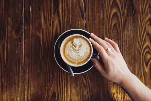 Lattes обикновено са по-големи и съдържат по-малко кафе, отколкото Flat White.